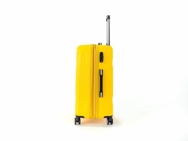 Żółta walizka lub żółty bagaż do podróży na biały.