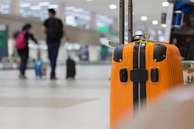 Żółta walizka worek bezpieczeństwa w bagaż podręczny podróży lotnisko na wakacje