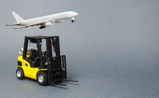 Żółta wózek widłowy na szarym tle. wyposażenie magazynu, pojazd. logistyka