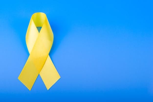 Żółta wstążka na niebieskim stole