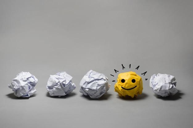 Żółta zmięta papierowa piłka. kreatywność biznesowa, pomysły na przywództwo