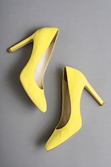 Żółte buty na obcasie, na białym tle