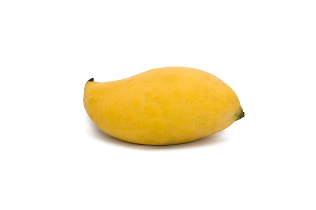 Żółte dojrzałe mango na białym tle na białej przestrzeni