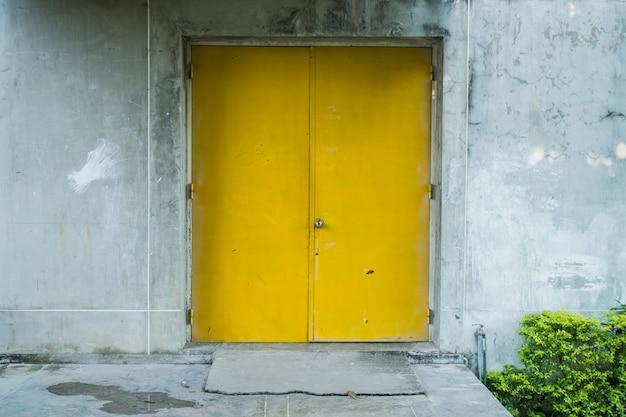 Żółte drzwi z betonu