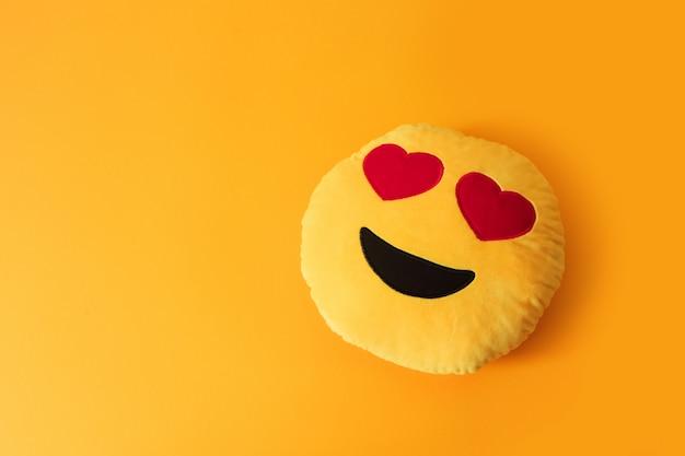 Żółte emoji z oczami serca