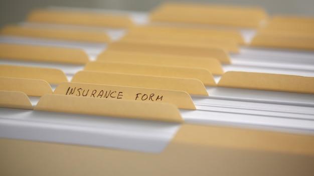 Żółte foldery z etykietami i papierem z rzędu