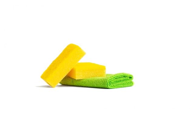 Żółte gąbki do naczyń i zielony ręcznik z mikrofibry