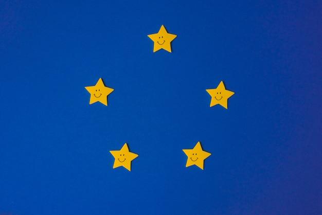 Żółte gwiazdy na niebieskim niebie. papier aplikacyjny po prawej stronie. copyspace. prognoza pogody
