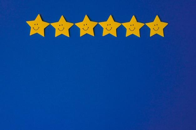 Żółte gwiazdy na niebieskim niebie. papier aplikacyjny po prawej stronie. skopiuj miejsce koncepcja prognozy pogody