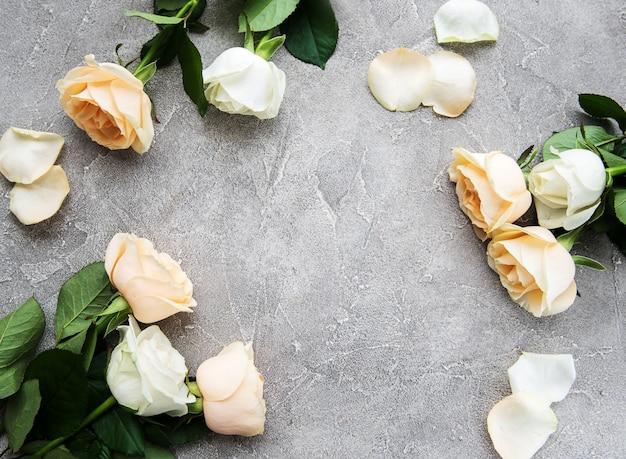 Żółte i białe róże na kamiennym tle
