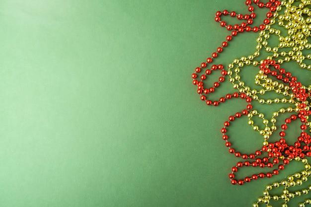 Żółte i czerwone koraliki świąteczne z miejscem na tekst. skopiuj miejsce.