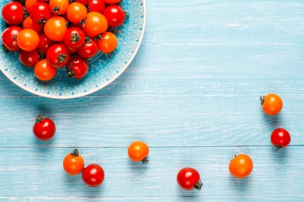 Żółte i czerwone pomidory koktajlowe.