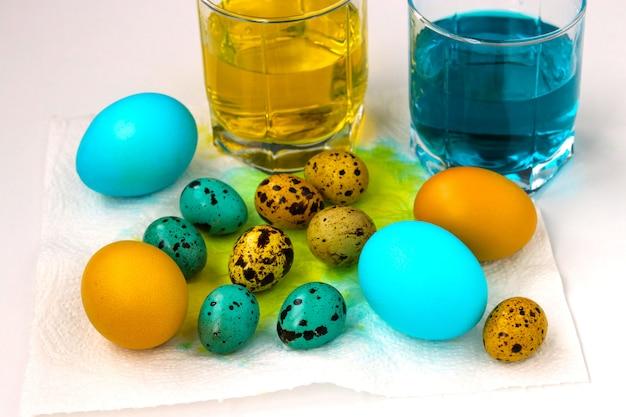 Żółte i niebieskie jaja kurze i przepiórcze na wielkanoc