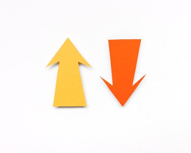 Żółte i pomarańczowe znaki strzałek