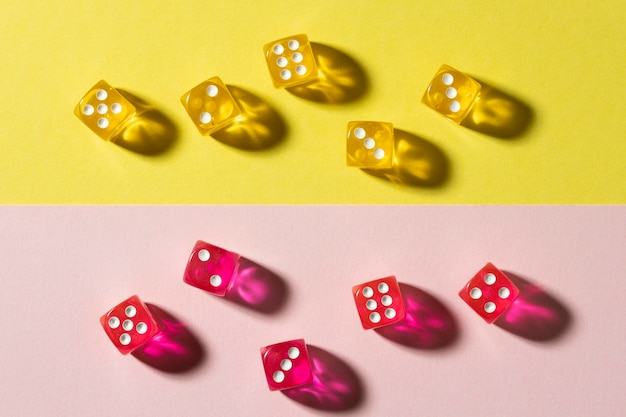 Żółte i różowe kostki na kolorowym tle