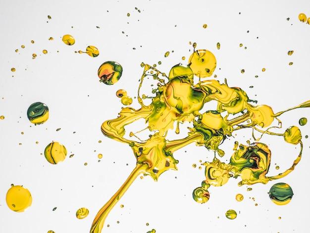 Żółte i zielone krople farby