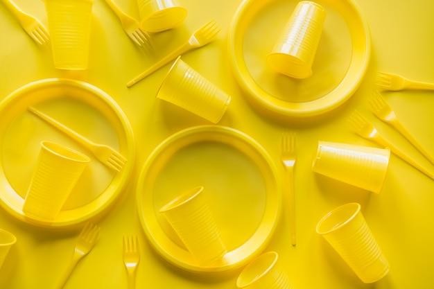 Żółte jednorazowe przybory piknikowe
