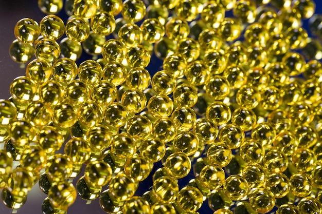 Żółte kapsułki medyczne na powierzchni lustra