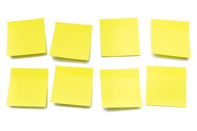 Żółte kartki na notatki na białym tle