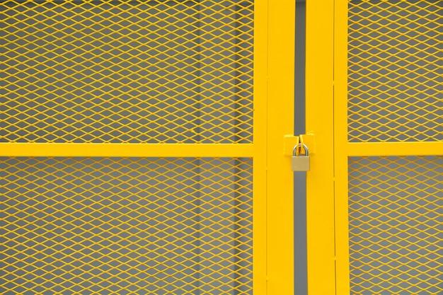 Żółte klatki metalowe drzwi drutu