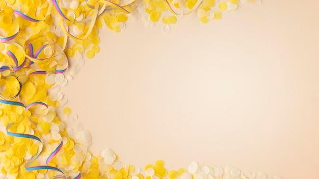 Żółte konfetti i wstążki kopia przestrzeń
