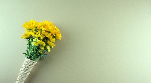 Żółte kwiaty chryzantemy lub mamy płaskie leżały na szarym białym tle minimalny styl