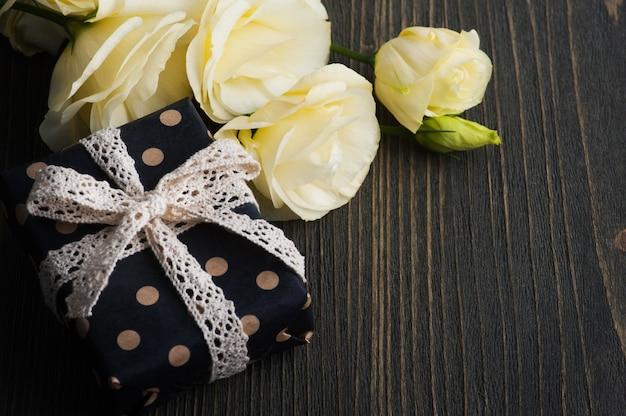 Żółte kwiaty lisianthus i pudełko upominkowe
