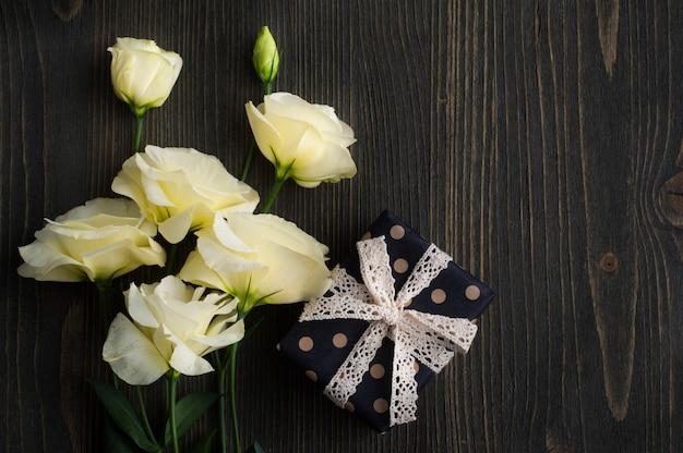 Żółte kwiaty lisianthus i pudełko