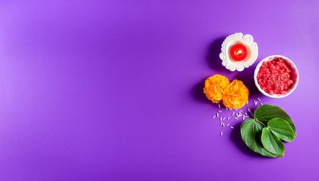 Żółte kwiaty, zielony liść i ryż na fioletowym pastelowym tle