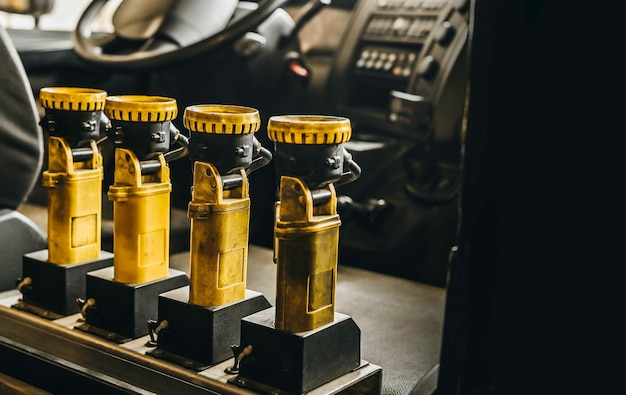 Żółte latarki i ładowarka w wozie strażackim