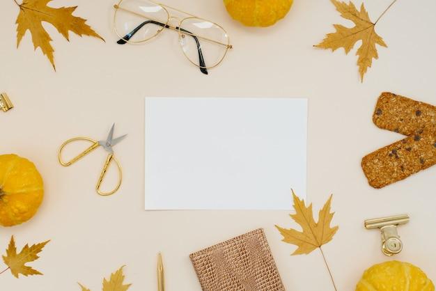 Żółte liście klonu i dynie ciasteczka nożyczki notatnik okulary klipsy do długopisów