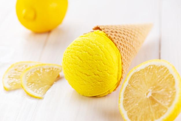 Żółte lody cytrynowe na drewnianym stole