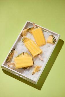 Żółte lody owocowe na tacy t
