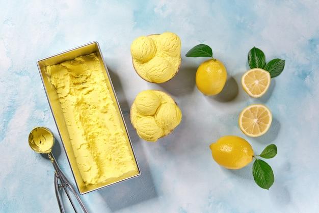 Żółte lody z pojemnika, widok z góry. kulki lodów