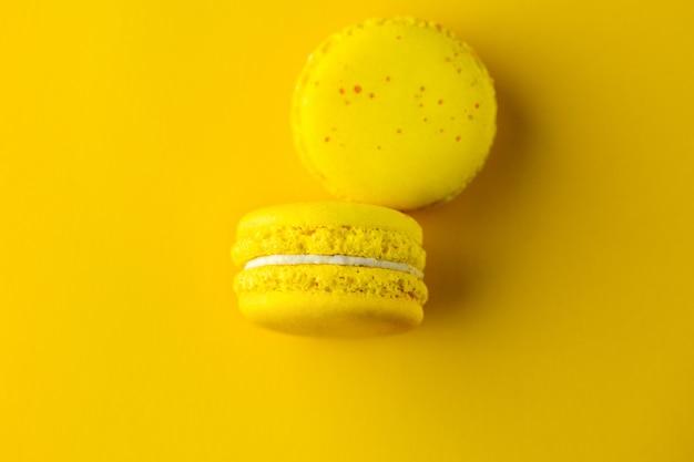 Żółte makaroniki na żółtym tle.