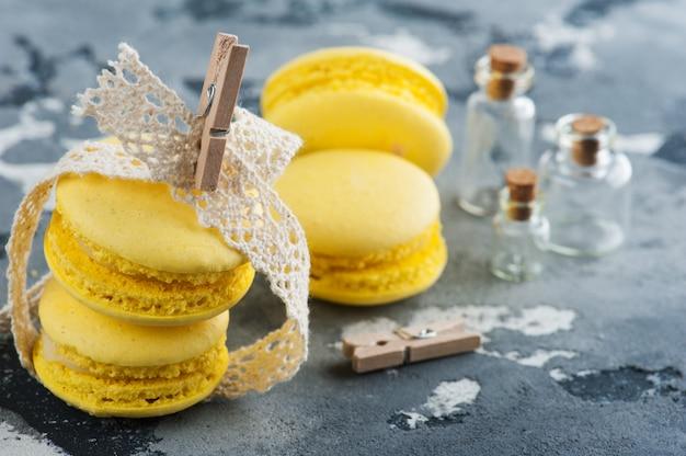 Żółte makaroniki z cytryn