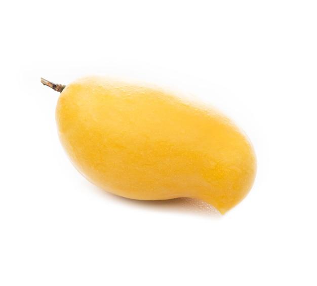 Żółte mango tajskie na białym tle