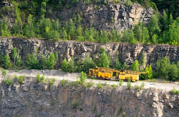 Żółte maszyny do wydobywania granitu