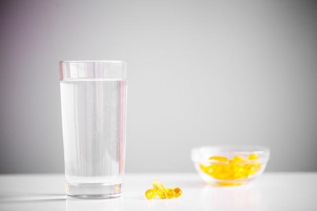 Żółte miękkie żelowe kapsułki omega 3 z oleju rybnego.
