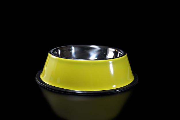 Żółte miski nierdzewne dla zwierząt domowych. koncepcja dostawy zwierząt