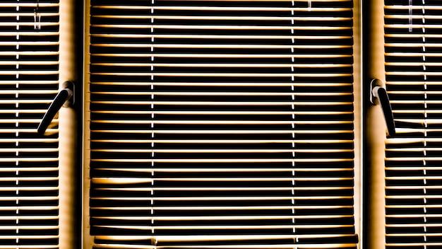 Żółte okno story w słoneczny dzień