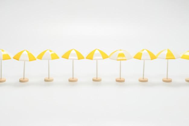Żółte parasole na białej powierzchni. skopiuj miejsce.