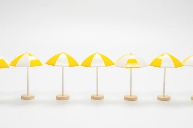 Żółte parasole na białym tle. skopiuj miejsce.