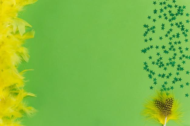 Żółte pióro z konfetti w okolicy
