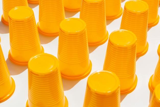 Żółte plastikowe kubki do picia
