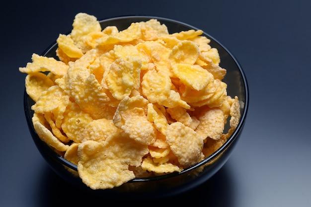 Żółte płatki kukurydziane w misce