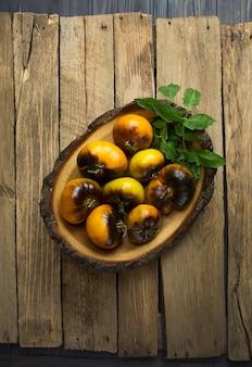 Żółte pomidory blue gold na drewnianym tle