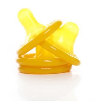 Żółte prezerwatywy na białym tle