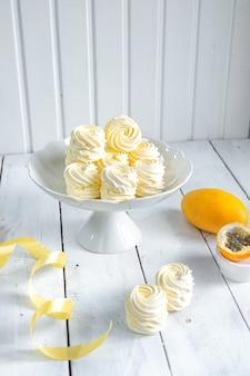 Żółte ptasie mleczko na białym stojaku
