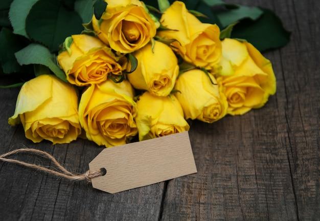 Żółte róże na stole